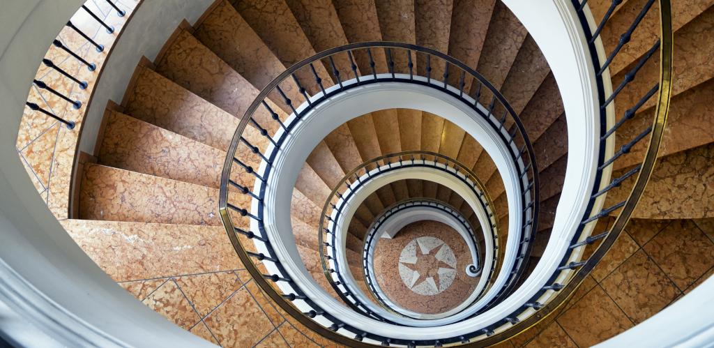 Open trappenhuis symboliek voor openstellingsavond