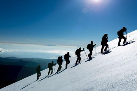 Groep bergbeklimmers waarbij leiding nemen van groot belang is