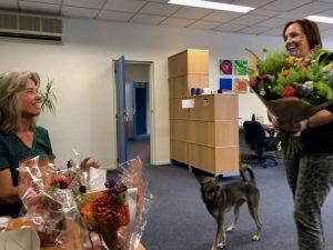Overhandiging bloemen Alba Academie bestaat 15 jaar